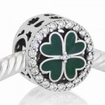 Trebol esmalte verde y piedras blancas